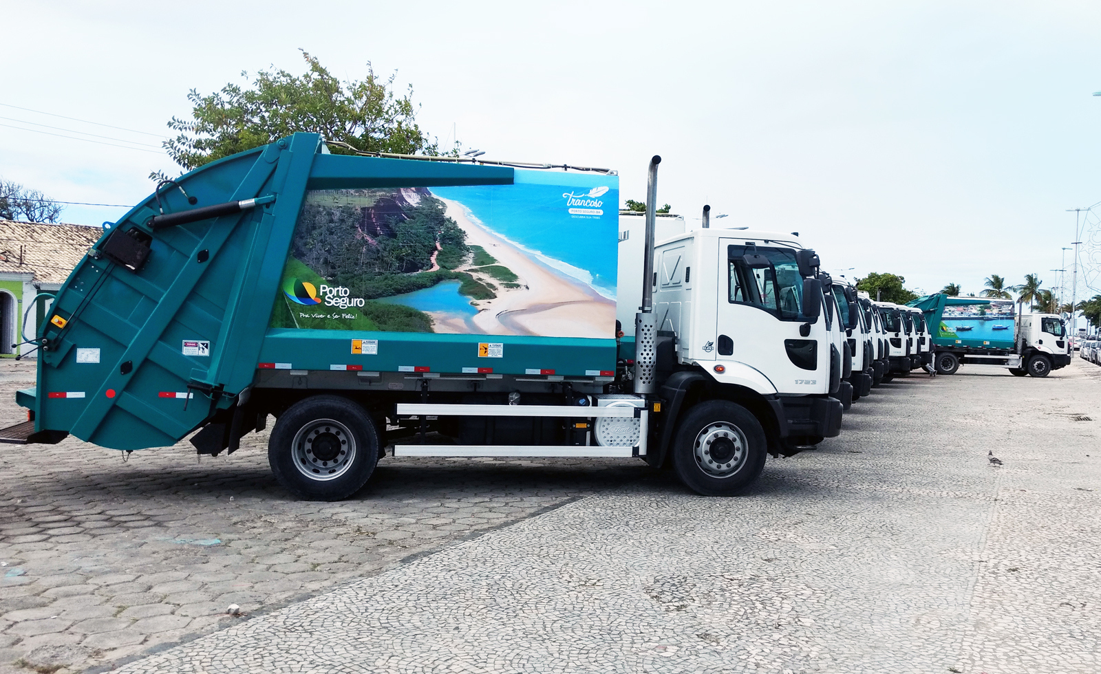 Resultado de imagem para caminhao do lixo porto seguro